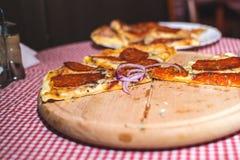 Pizza Capricciosa, alimentos de preparación rápida Imagenes de archivo