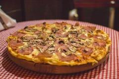 Pizza Capricciosa, alimentos de preparación rápida Fotografía de archivo