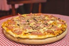 Pizza Capricciosa, alimentos de preparación rápida Foto de archivo