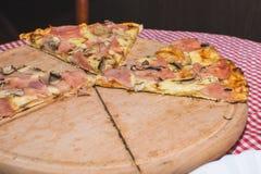 Pizza Capricciosa, alimentos de preparación rápida Imagen de archivo libre de regalías