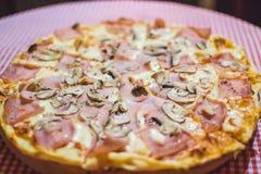 Pizza Capricciosa, Schnellimbiß Lizenzfreie Stockfotografie
