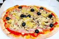Pizza capriciosa mozzarela vermehrt sich italienische Lebensmittelpizza, Schinken Oliven explosionsartig stockfoto