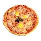 Pizza Carbonara con basilico, bacon e tuorlo dell'uovo del pollo Principale v immagini stock libere da diritti