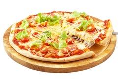 Pizza Carbonara, mozzarella, panna acida, uova, bacon, lattuga, tomat fresco immagine stock