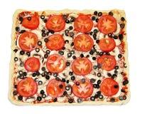 Pizza carrée avec des légumes prêts à être fait cuire Photos libres de droits