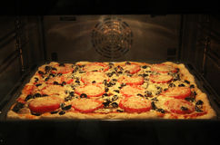 Pizza carrée savoureuse dans le four Photo libre de droits