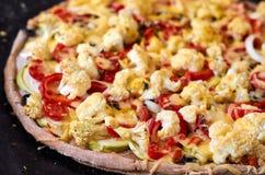 Pizza casalinga calda fresca della verdura con le verdure di taglio - pomodori, peperone dolce, cipolla, formaggio vicino su su u Immagine Stock