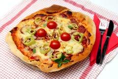Pizza casalinga con formaggio, salame, pomodoro Fotografia Stock