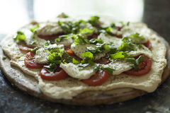 Pizza casalinga con gli ingredienti freschi fotografia stock libera da diritti