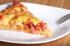 Pizza con i funghi e la salsiccia Fotografie Stock