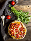 Pizza casalinga con il prosciutto, il pomodoro e la rucola Immagini Stock Libere da Diritti