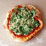Pizza casalinga con la ricotta e gli spinaci Immagini Stock Libere da Diritti