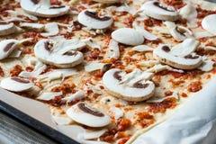 Pizza casalinga con salsa al pomodoro, i funghi e la mozzarella cuoco Fotografie Stock