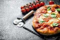 Pizza casalinga con spinaci fotografie stock libere da diritti