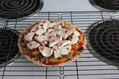 Pizza casalinga di lusso fotografia stock libera da diritti