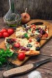 Pizza casalinga saporita con bacon Immagini Stock