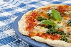 Pizza casalinga sulla tavola con lo spazio della copia Immagini Stock