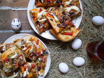 pizza casalinga, tazza di tè, uova sulla tavola Immagine Stock