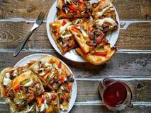 pizza casalinga, una tazza di tè e forcella sui bordi di legno Immagini Stock Libere da Diritti