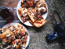 pizza casalinga, una tazza di tè e vecchia macchina fotografica Fotografie Stock Libere da Diritti