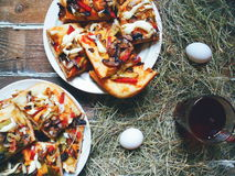 pizza casalinga, una tazza di tè ed uova Fotografia Stock