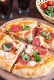Pizza, casco e vegetais Fotografia de Stock Royalty Free