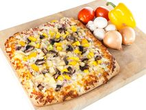 Pizza caseiro com ingredientes frescos Imagem de Stock Royalty Free