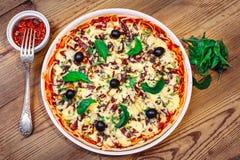 Pizza caseiro com molho no fundo de madeira Imagem de Stock Royalty Free