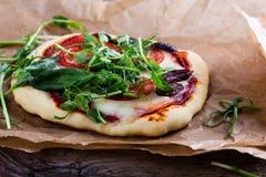 Pizza caseiro com os tomates e os brotos que cobrem na tabela rústica Foto de Stock Royalty Free