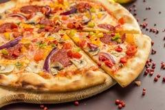Pizza caseiro com Pepperoni Fotografia de Stock Royalty Free
