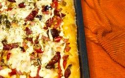 pizza caseiro com pimentas, ameixas, presunto, salsicha, queijo e especiarias, close up fotografia de stock royalty free