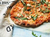 Pizza caseiro com rúcula e camarões do tomate Foto de Stock