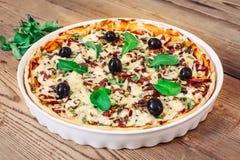 Pizza caseiro com rúcula no fundo de madeira Imagens de Stock