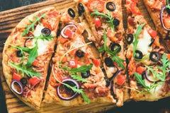 Pizza caseiro do flatbread decorada com rúcula fresca Imagem de Stock