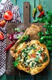 Pizza caseiro na placa de corte decorada com ervas Imagem de Stock