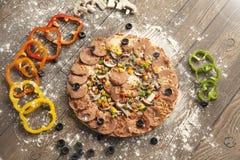 Pizza caseiro recentemente cozida Fotos de Stock Royalty Free