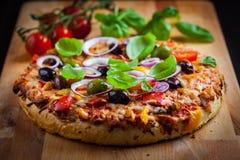 Pizza caseiro tradicional com tomates e azeitonas Fotografia de Stock