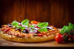 Pizza caseiro tradicional com tomates e azeitonas Imagens de Stock Royalty Free