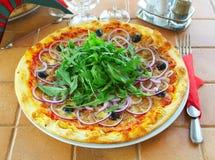 Pizza chaude sur une table en café Image libre de droits