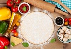 Pizza che cucina gli ingredienti Fotografia Stock
