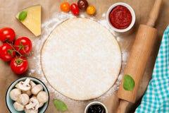 Pizza che cucina gli ingredienti Fotografia Stock Libera da Diritti