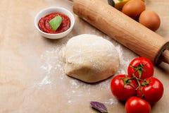 Pizza che cucina gli ingredienti Fotografie Stock