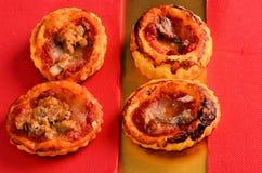 Pizza - cibo da mangiare con le mani in ristorante fotografia stock