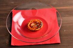 Pizza - cibo da mangiare con le mani in ristorante fotografie stock libere da diritti
