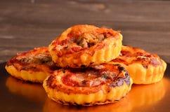 Pizza - cibo da mangiare con le mani in ristorante immagini stock