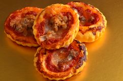 Pizza - cibo da mangiare con le mani in ristorante Fotografia Stock Libera da Diritti