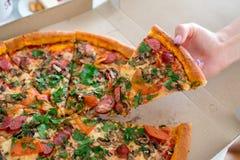 Pizza classique dans une boîte Photographie stock libre de droits