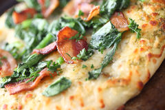 Pizza coberta com bacon e verdes Foto de Stock