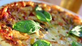 Pizza cocida almacen de metraje de vídeo
