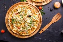 Pizza cocida al horno fresca Fotos de archivo